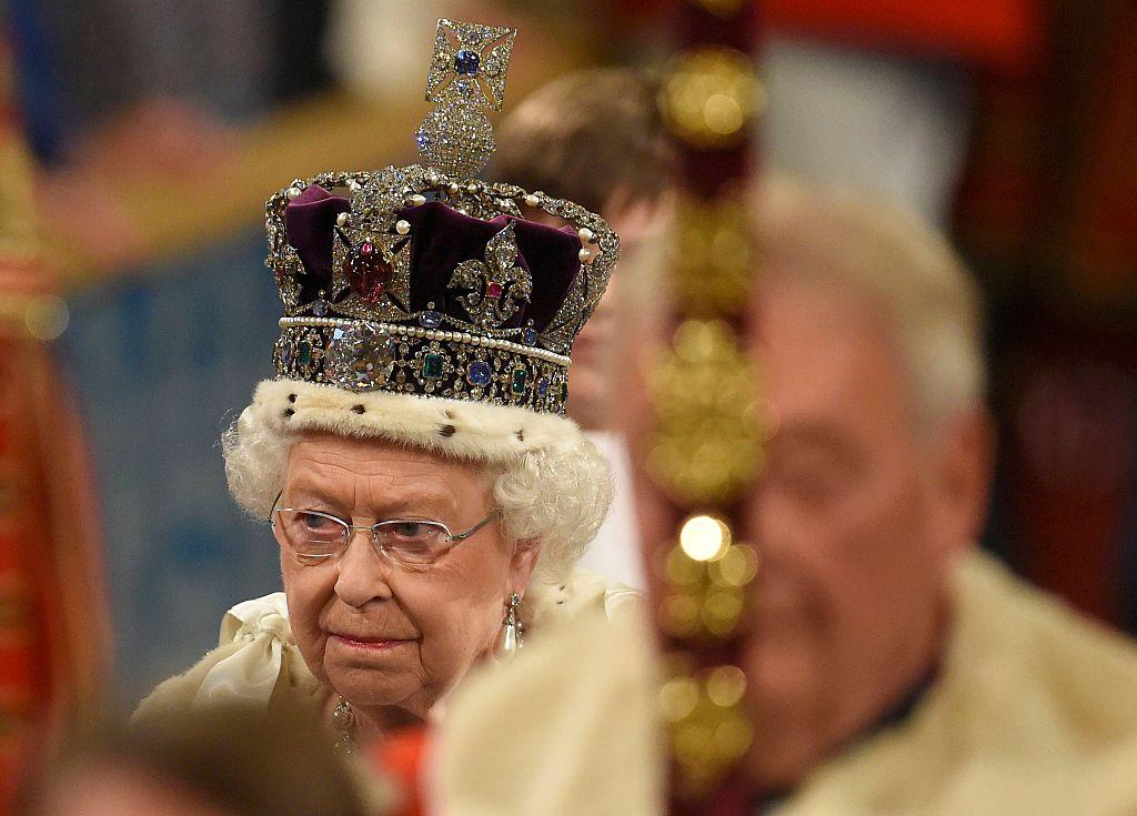 Елизабет II: Короната може да ти счупи врата