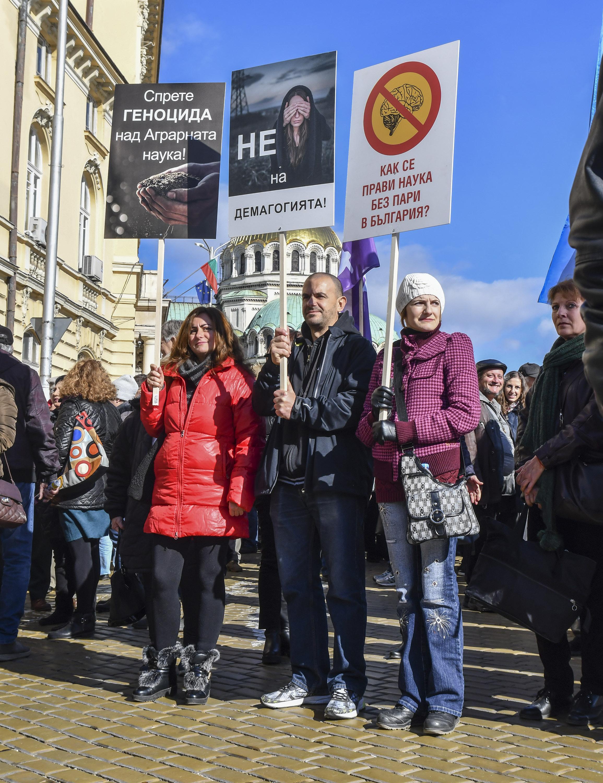 Гневни учени: Спрете 10-годишния геноцид над нас