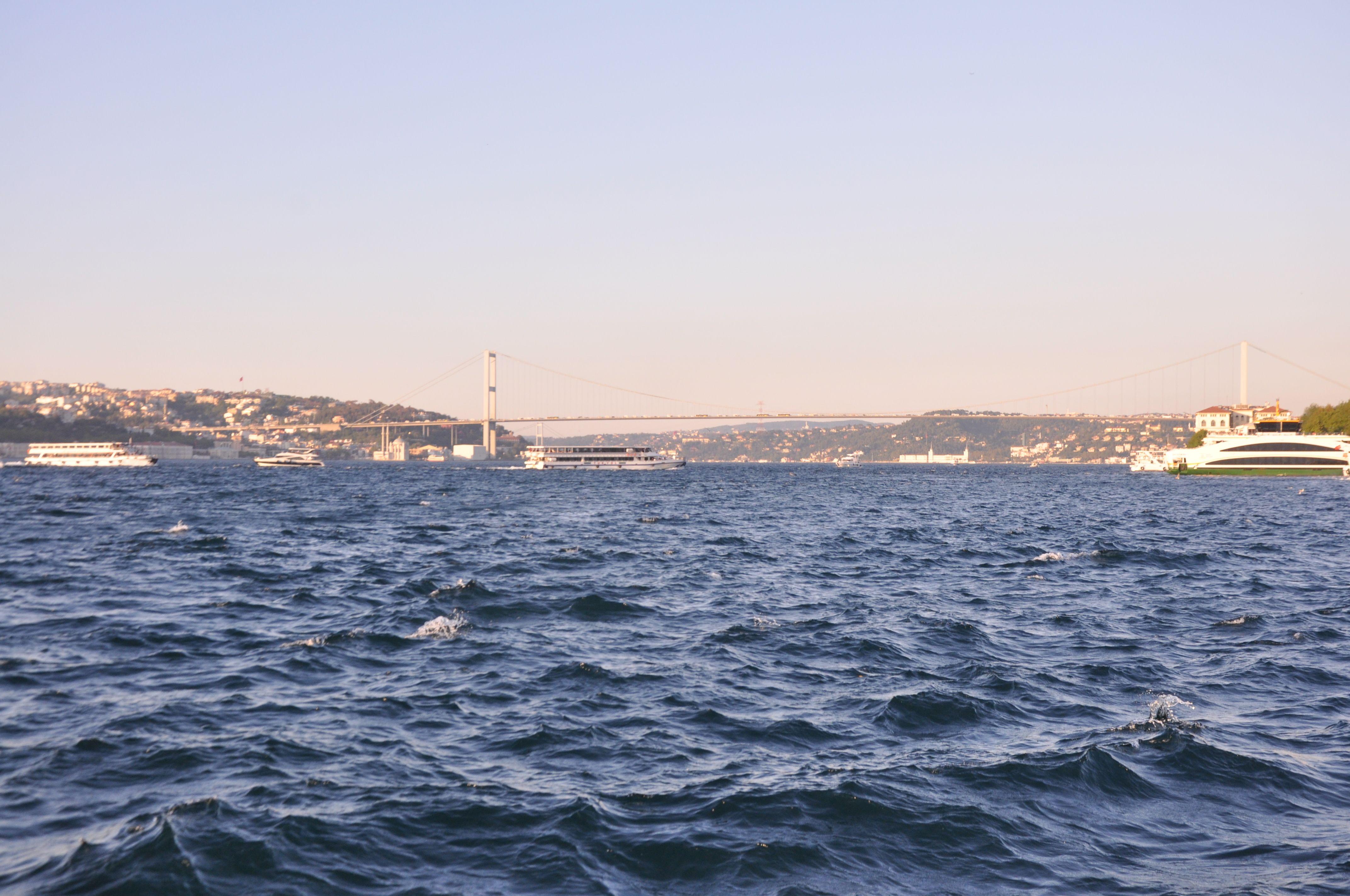 Кораб се блъсна в историческа вила на Босфора