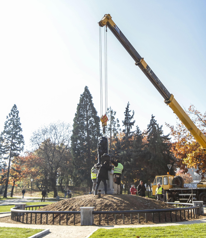 Поставиха лъва от войнишкия мемориал пред НДК