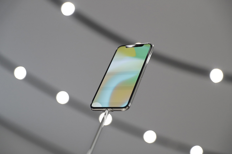 Какво се крие под корпуса на iPhone X (видео)