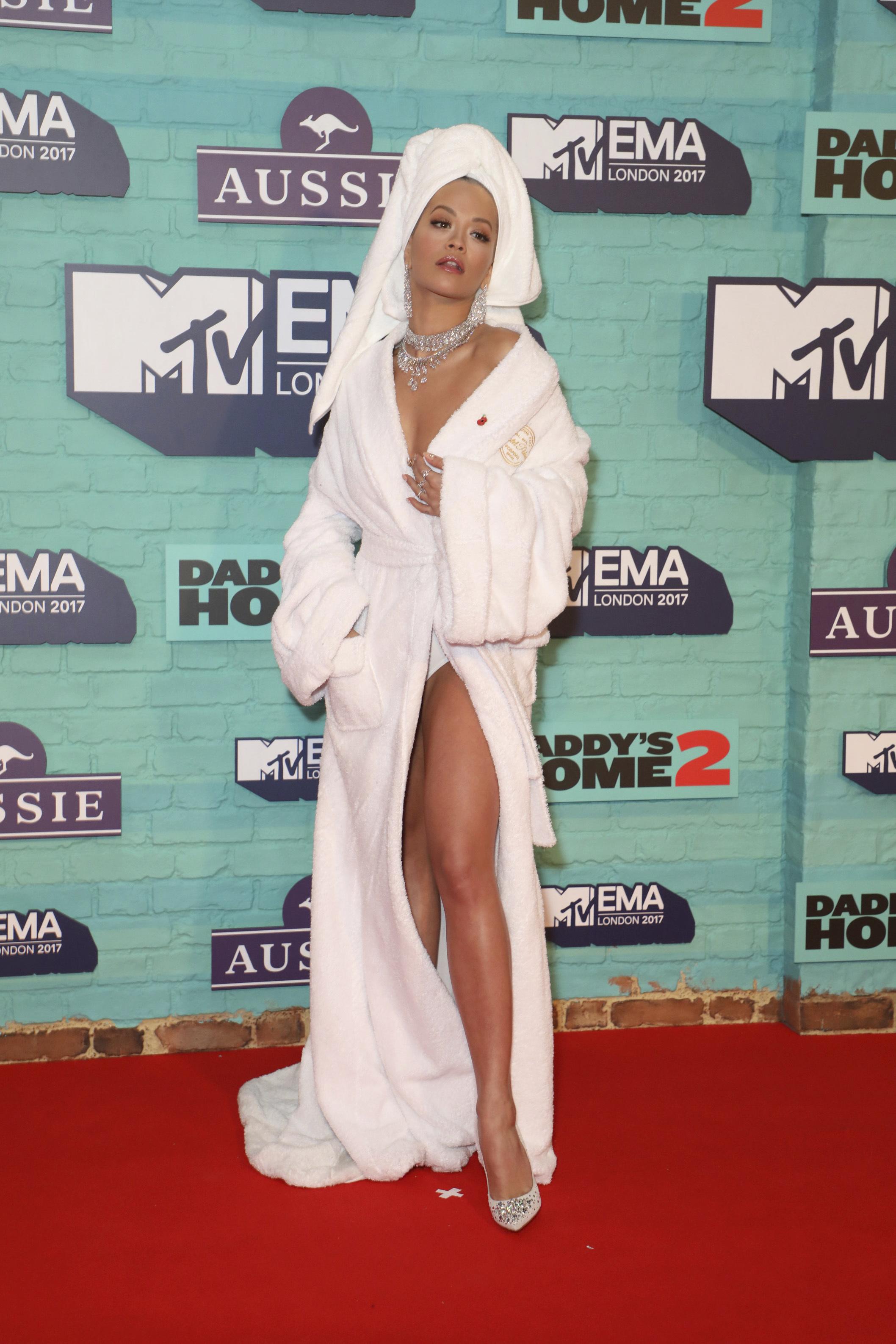 Звездите в безумни тоалети за наградите на MTV