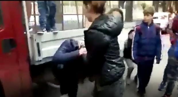 Масов бой между шестокласнички в училищен двор