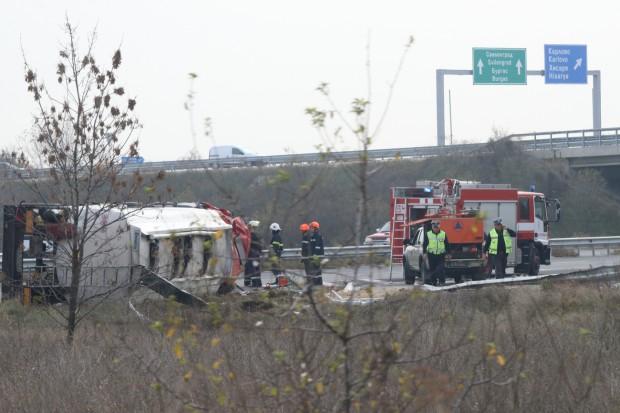 Цистерна се обърна край Пловдив, шофьорът загина