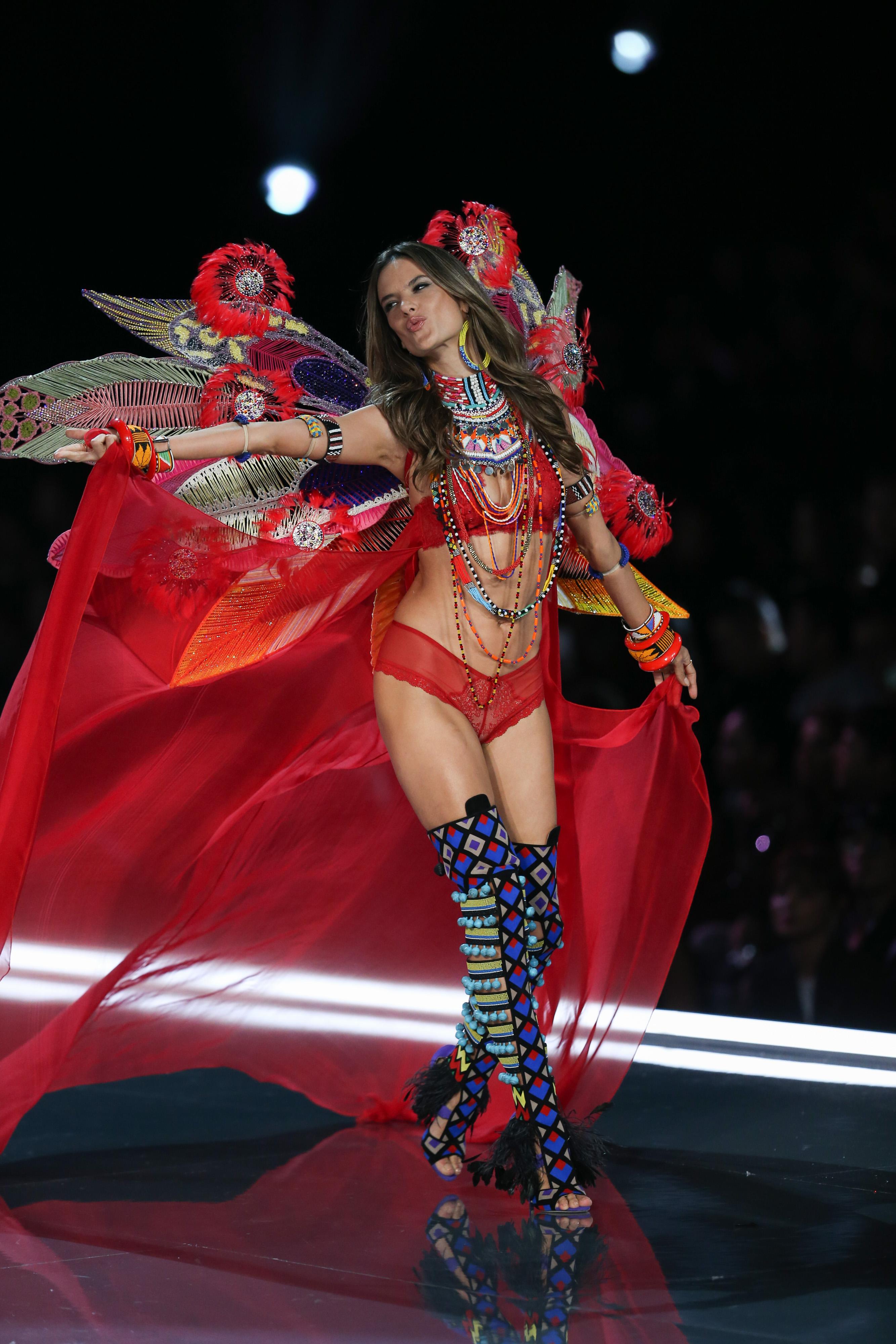 Алесандра Амброзио сваля крилата на Victoria's Secret