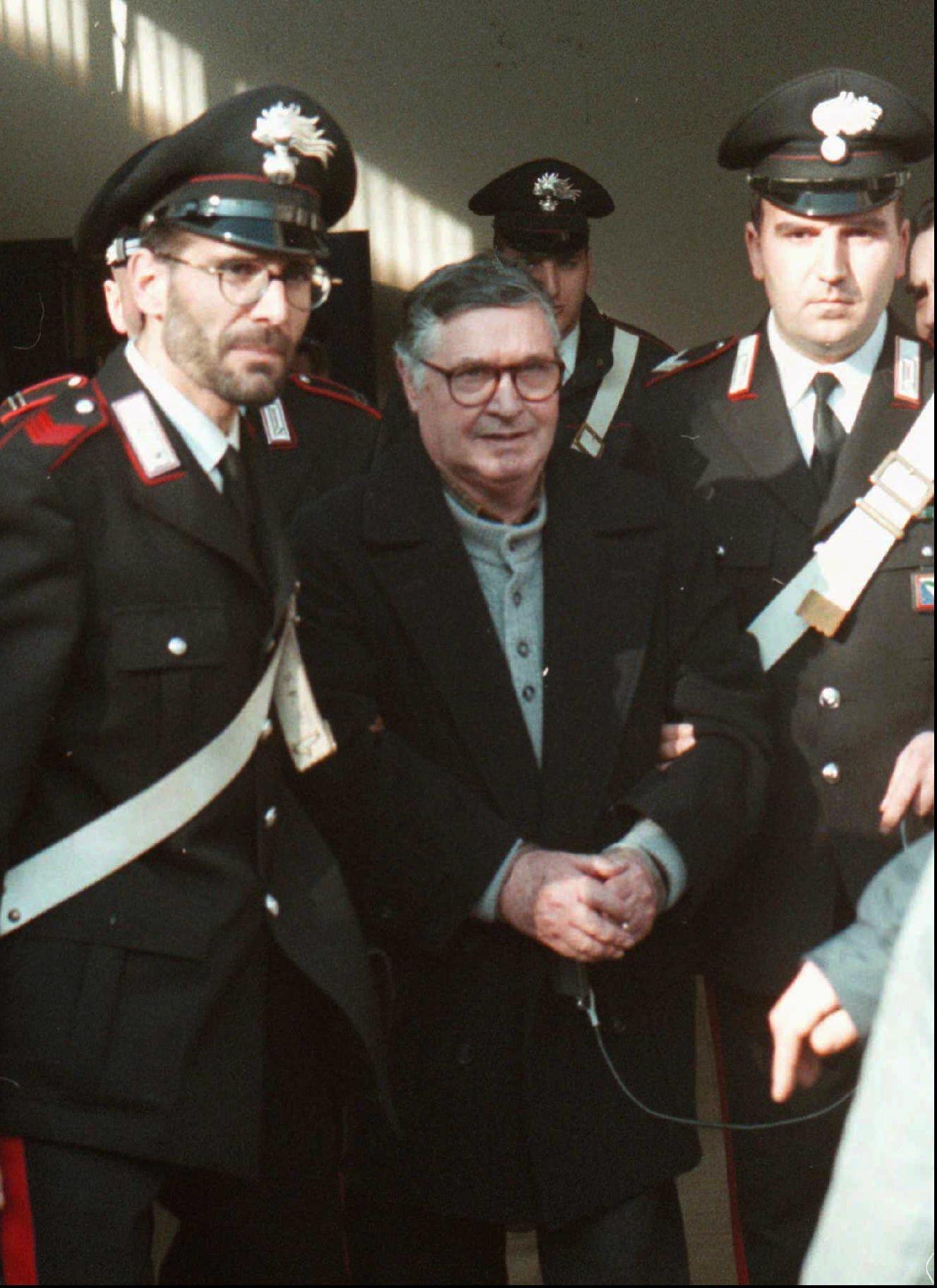 Погребаха бившия бос на Коза ностра (снимки)