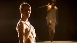 Провокативният хореограф Тражал Харел със зрелищен пърформанс в ДНК