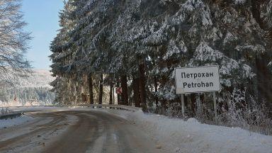 Ограничения по пътищата заради снеговалежи