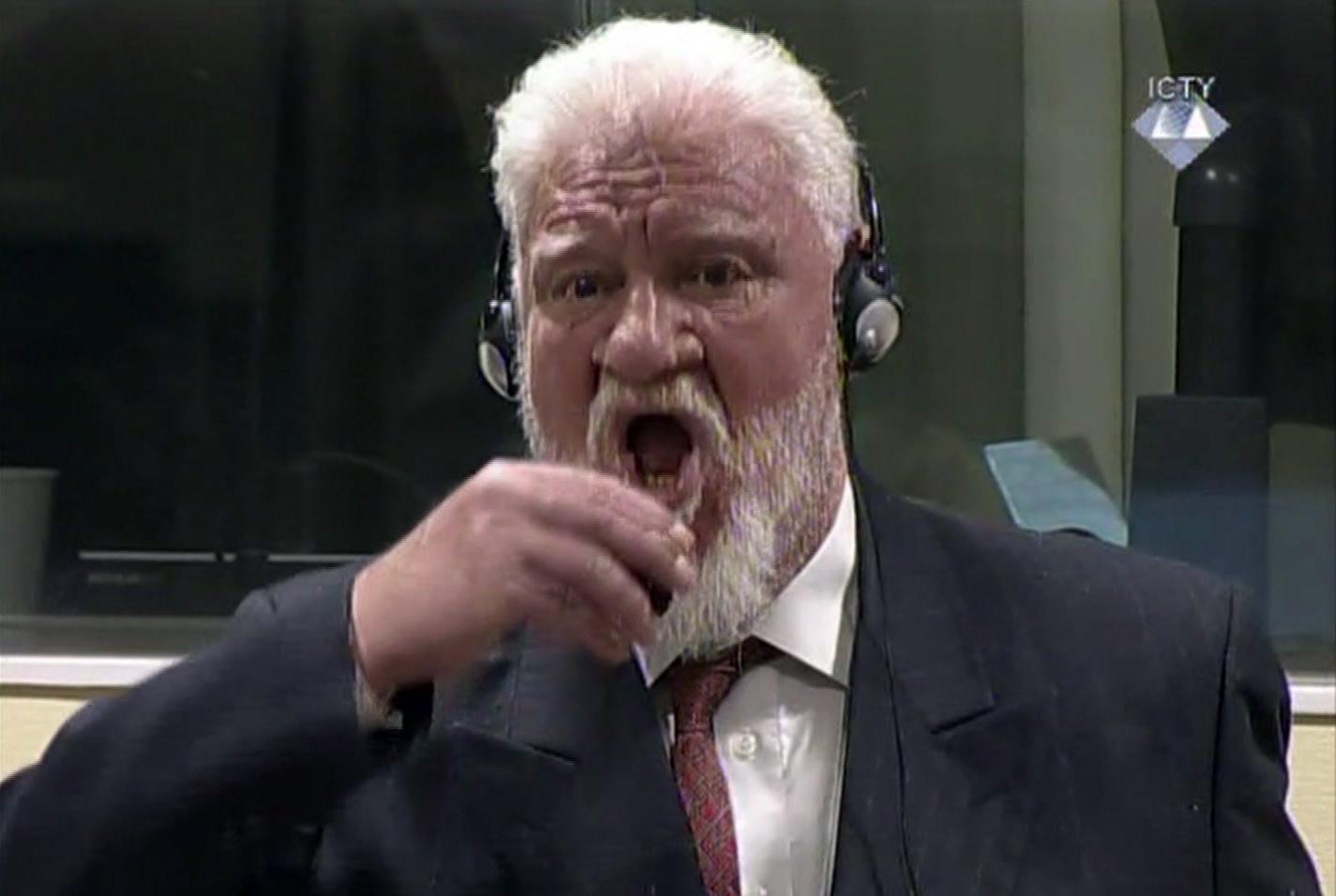 Подсъдим в Хага изпи отрова в съдебната зала
