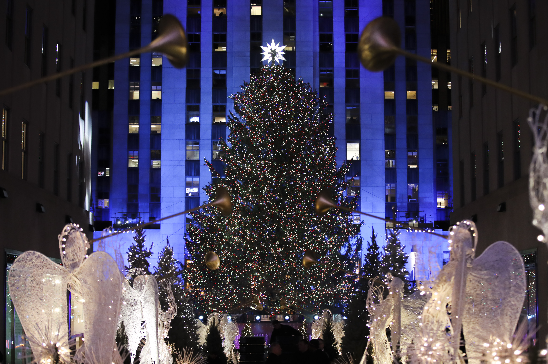 Главната коледна елха в Ню Йорк засия с 50 000 лампички