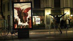 Французин смени уличните реклами с картини на класиците