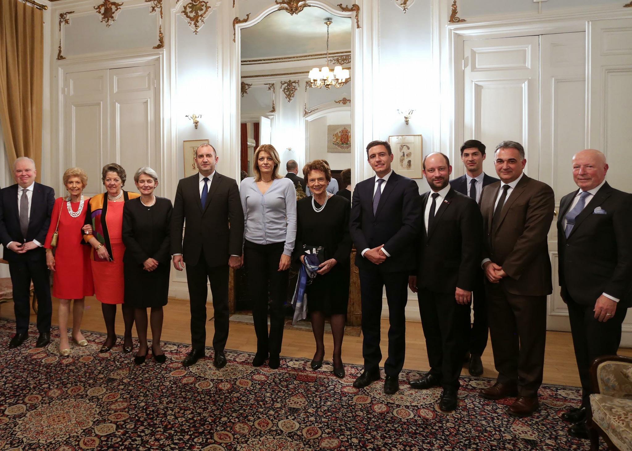 Десислава Радева по жилетка на среща във Франция асд