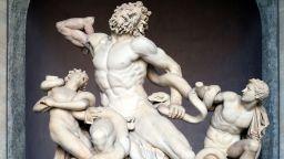 Експерти умуват защо са малки пенисите на древните мъжки статуи
