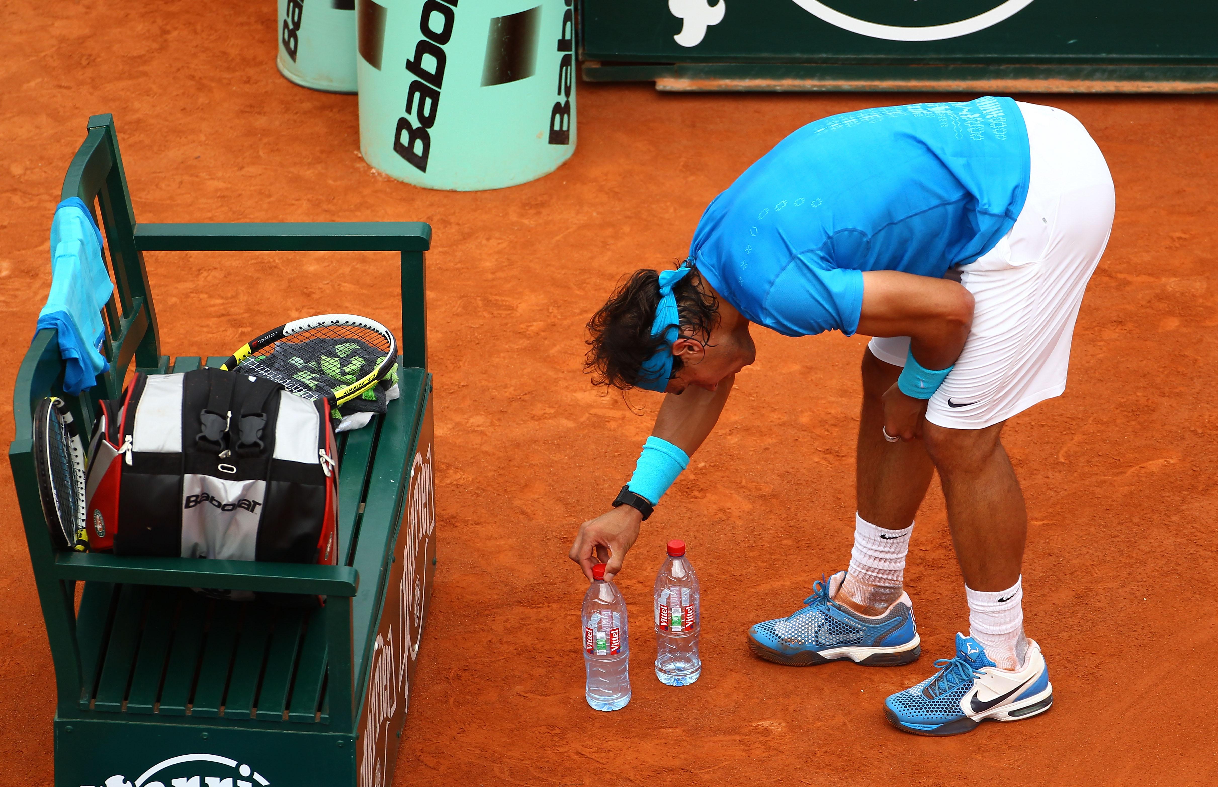 Защо Рафа си дърпа гащетата и реди бутилчици?