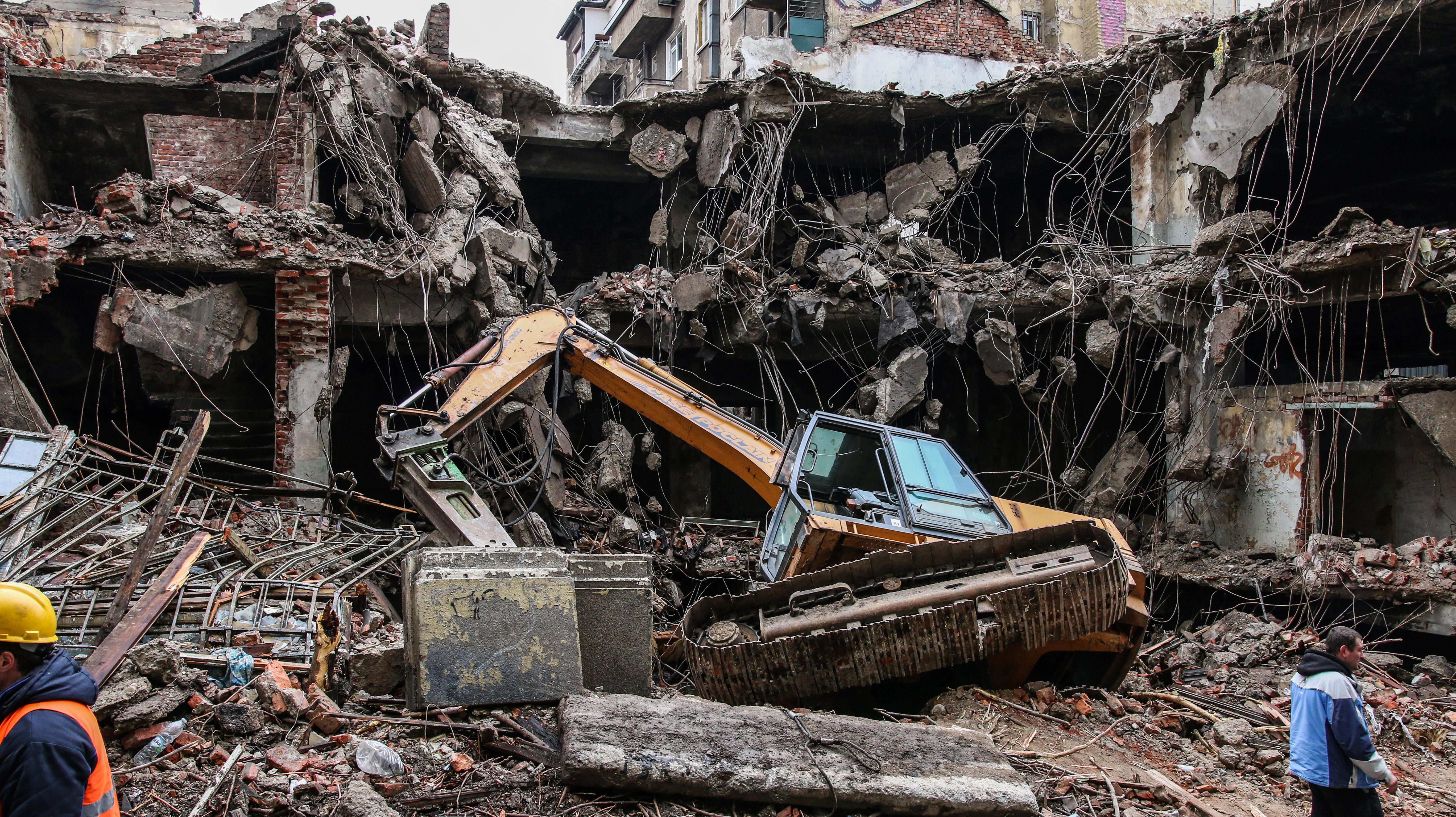 """Къщата на Рачо Петров """"глътна"""" багера, който я събаря"""