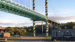 """Български художник декорира мост в Швеция като """"лего"""" играчка"""