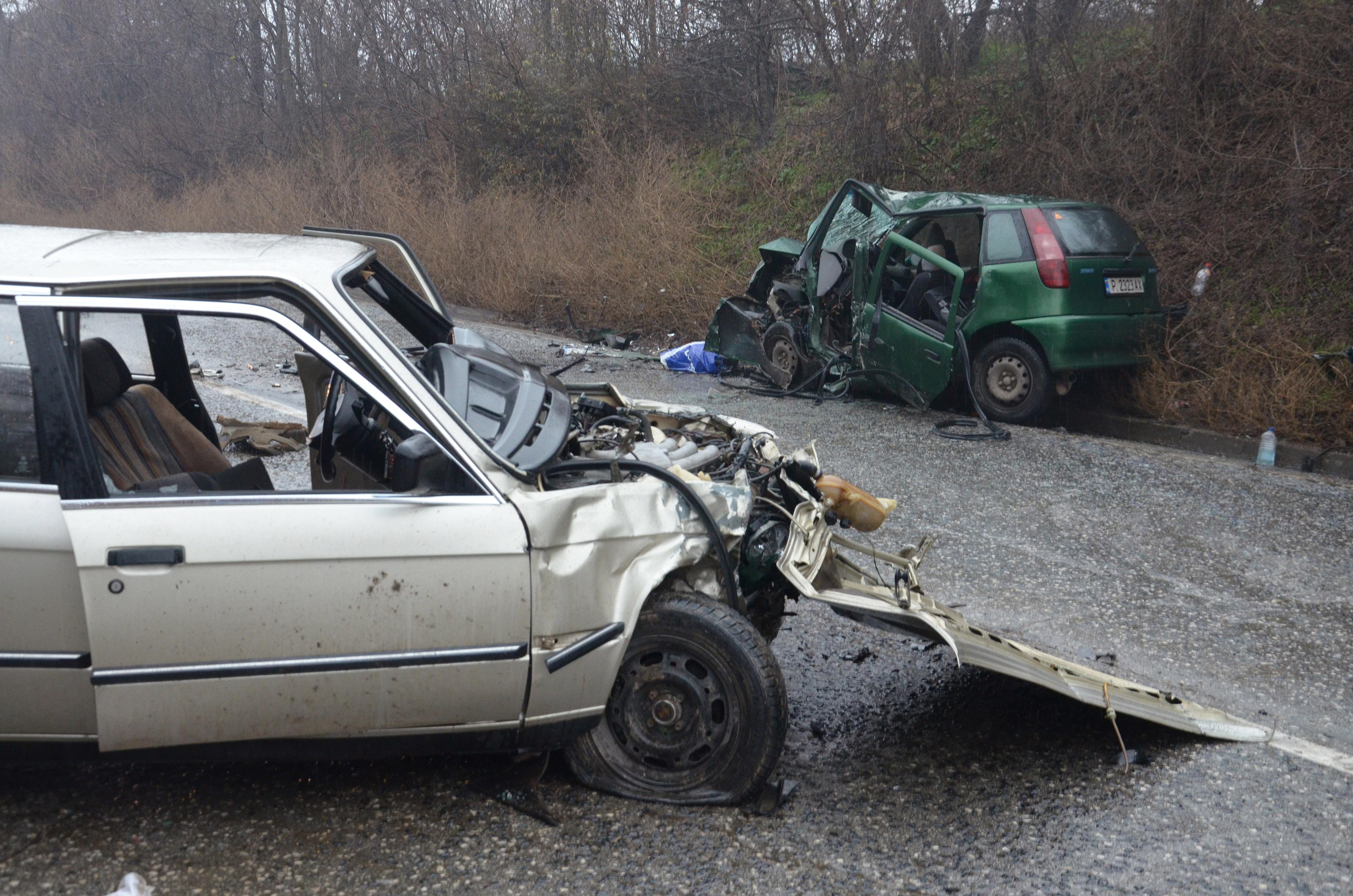 Жесток удар на 3 коли взе жертва, 2-ма ранени