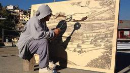 Художник рисува с помощта на лупа и слънчеви лъчи
