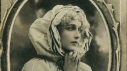 Жената-ангел от ретро картичките умира при бомбардировка