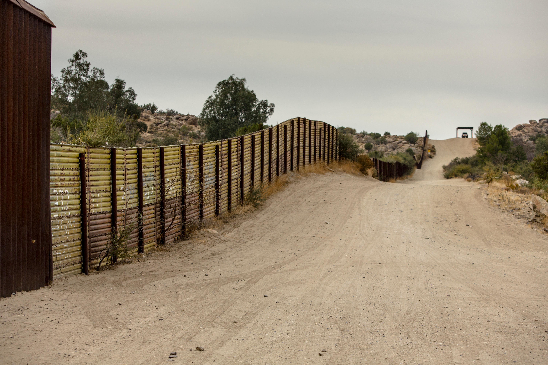 Тръмп: Военни на границата с Мексико, докато няма ограда