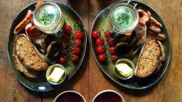 Симетрична закуска? Британският фотограф Майкъл Зий я прави всеки ден за любимата си
