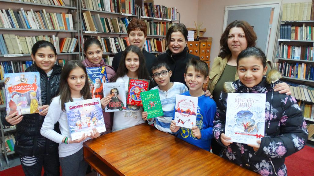Ученици дариха нови книги на библиотеката в Луковит