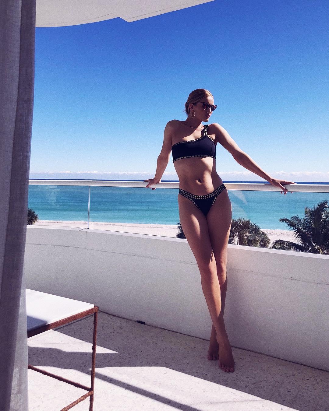 Годеницата на Стейтъм с перфектно плажно тяло