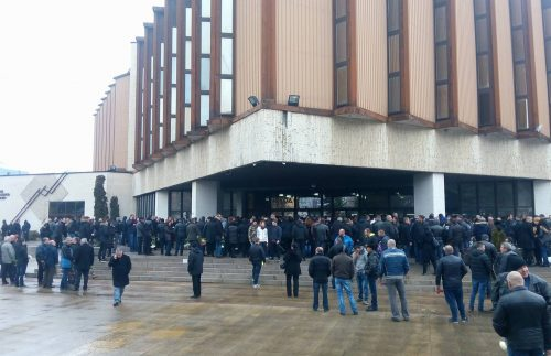 Хиляди на опашка да се простят с Петър Христов (снимки)