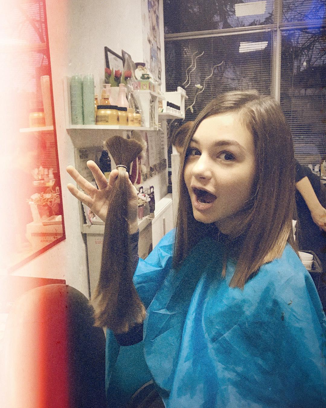 Крисия дари косата си за благотворителност