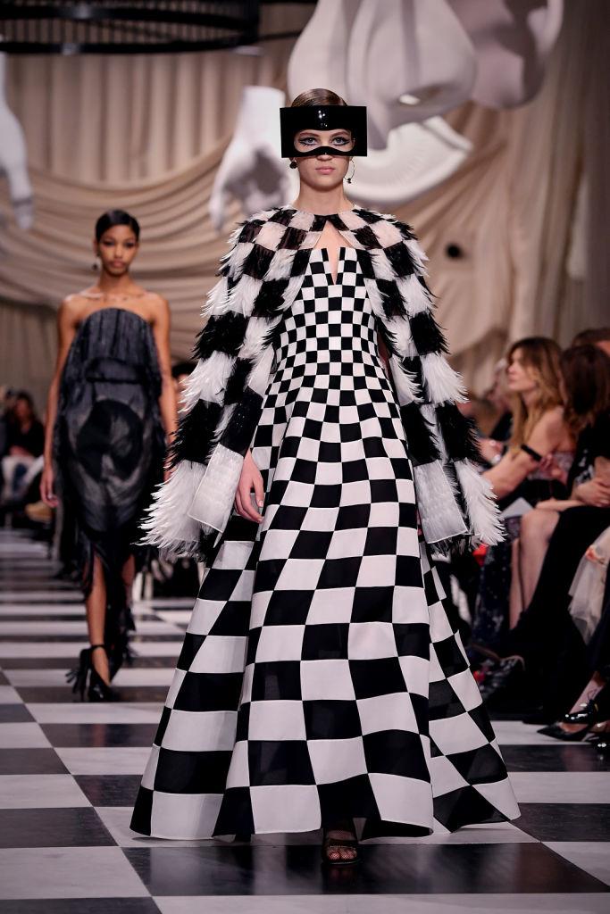 Dior със сюрреалистично шоу в Париж
