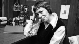 В най-известния си роман, Урсула Ле Гуин описва общество, в което няма фиксиран пол