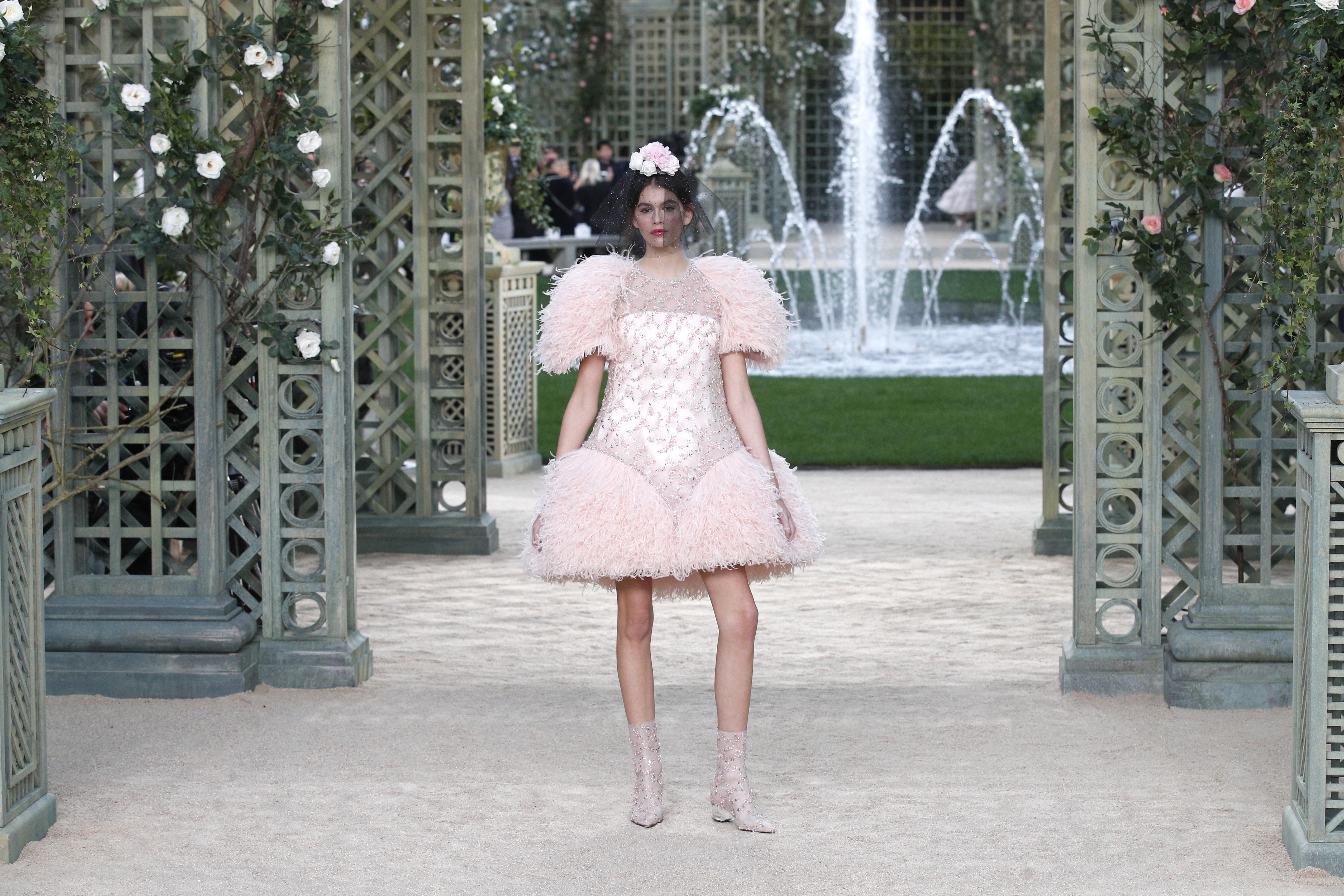 Жени-цветя дефилираха за Chanel в Париж