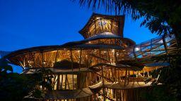 Американка създава райски бамбукови къщи на остров Бали