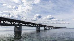 Уникален мост се превръща в тунел, свързвайки Дания и Швеция