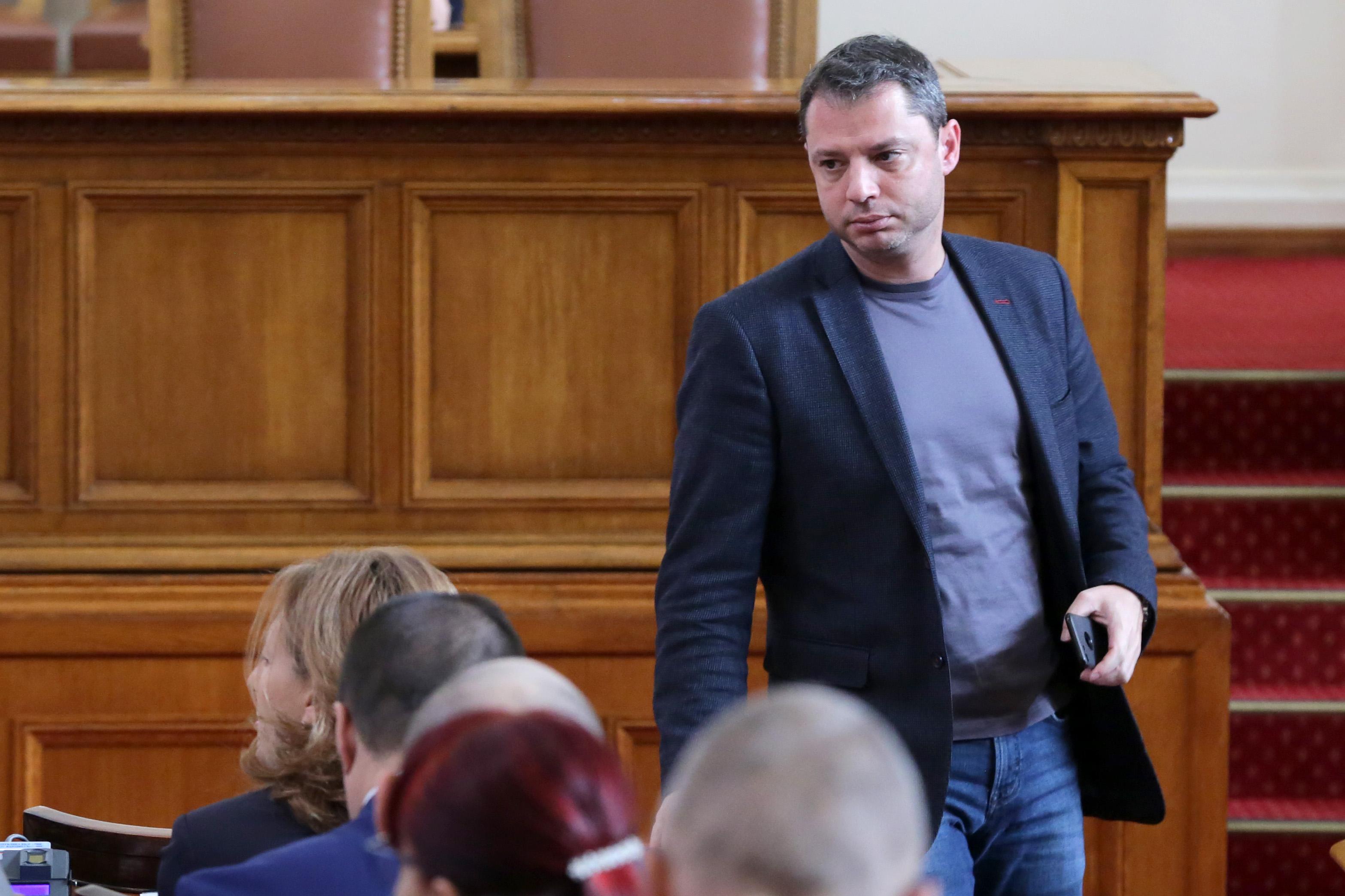 КС: Парламентът не може да отхвърля оставката на депутат