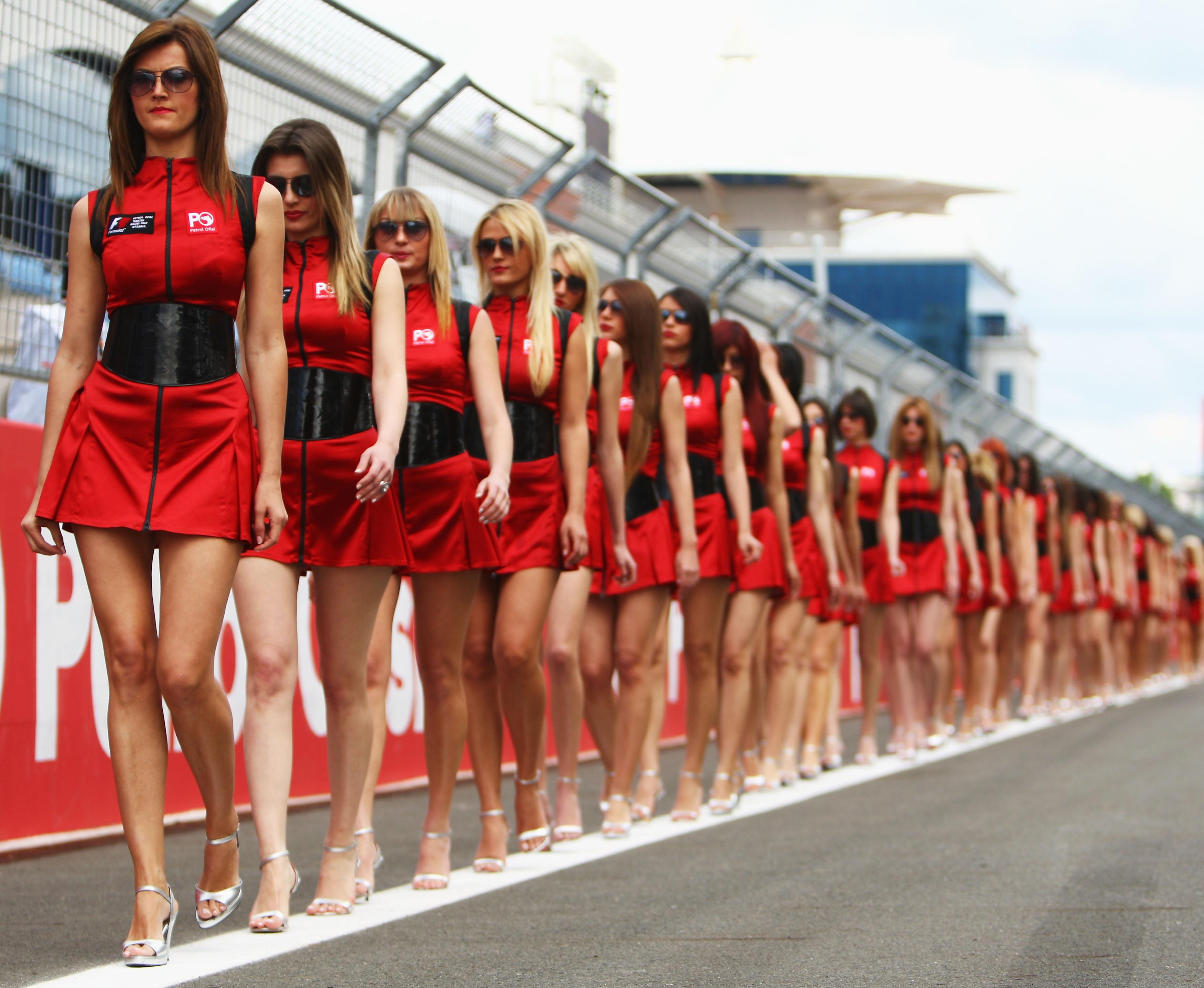 """""""Формула 1"""" заменя момичетата си с деца"""