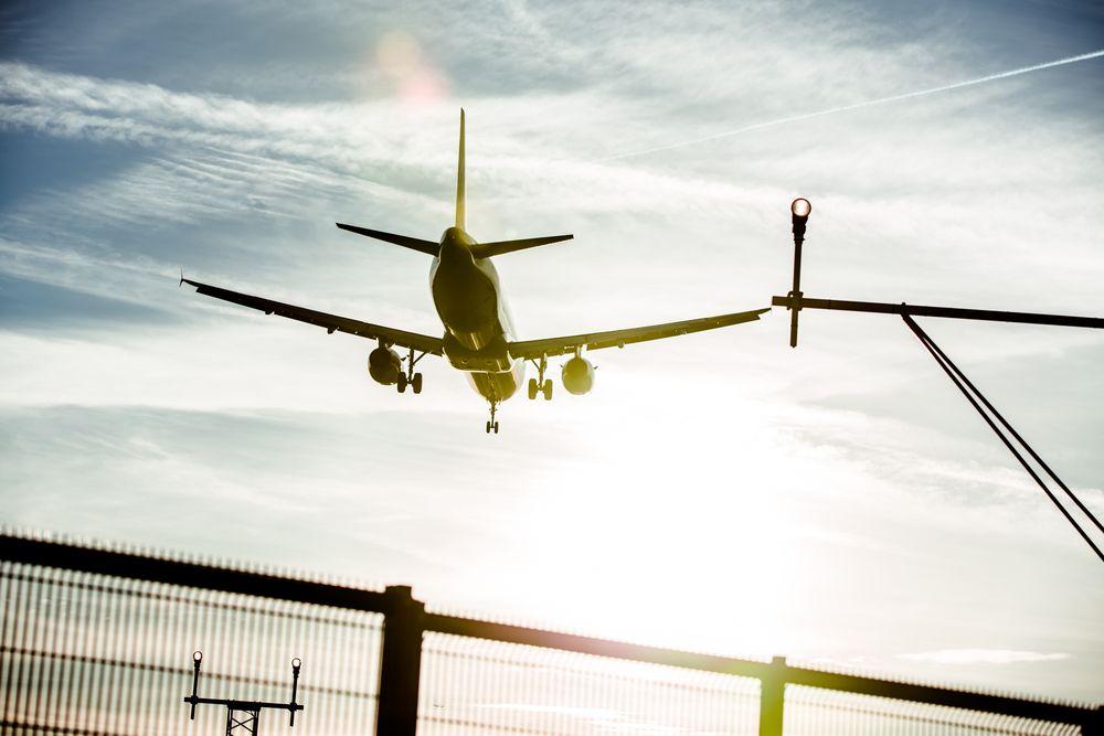 Пътник в самолет се съблече гол и нападна стюардеса