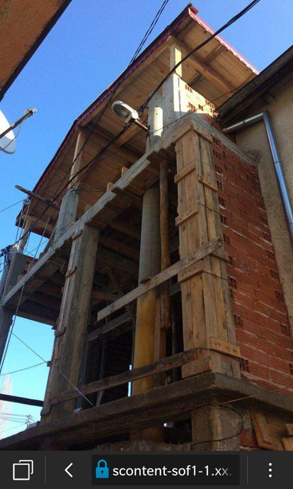 В Пловдив вградиха уличен стълб в къща