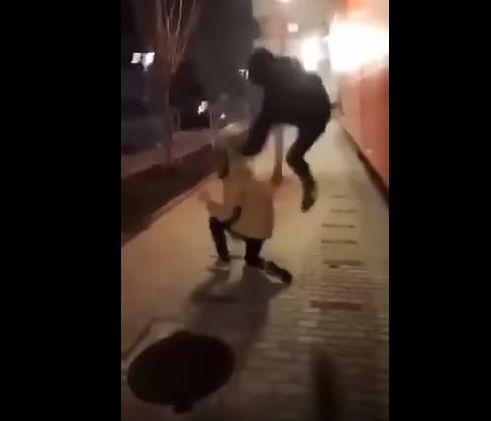 Арестуваха 2 момчета за бруталния побой над връстник