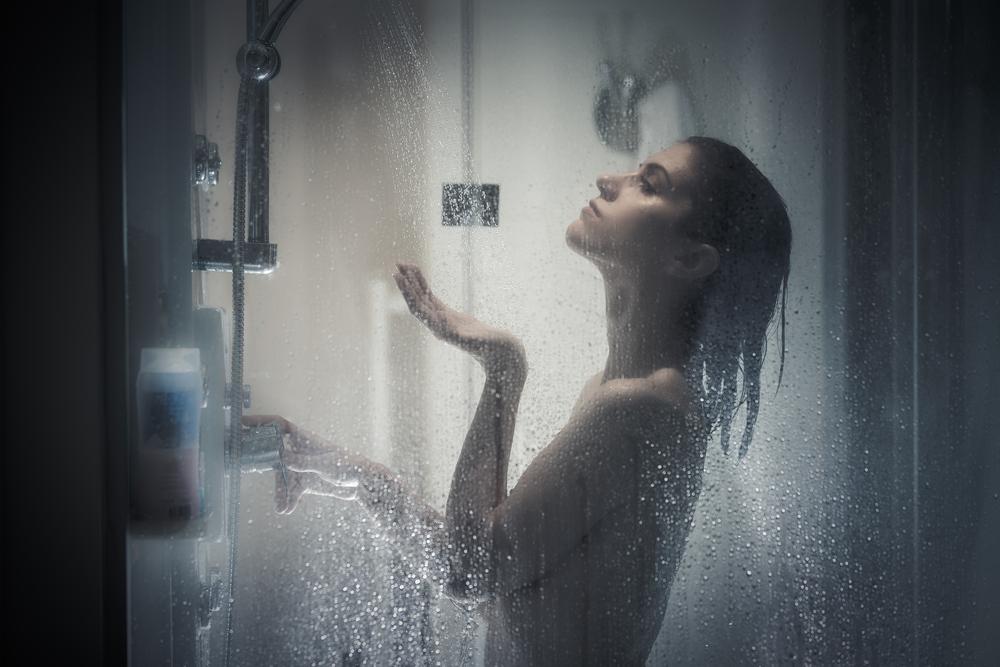 Дерматолози препоръчват да се къпем вечер, а не сутрин