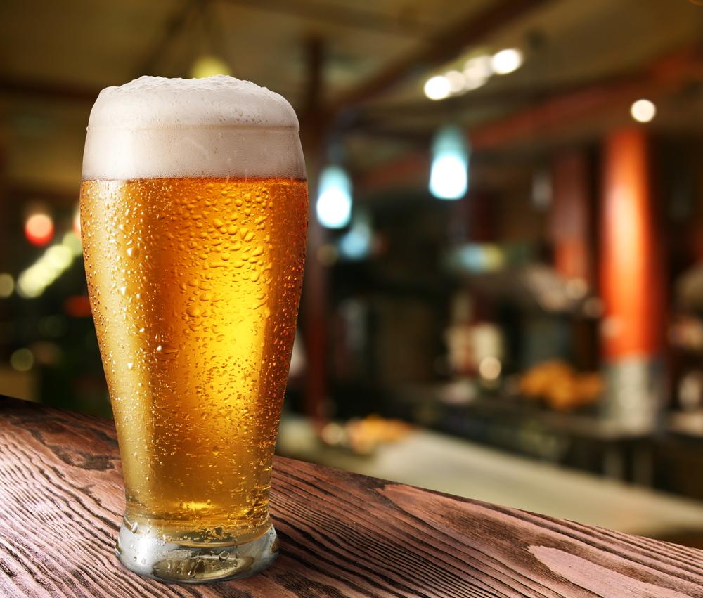 Наръгват мъж в бар, той си поръчва бира с нож в гърба