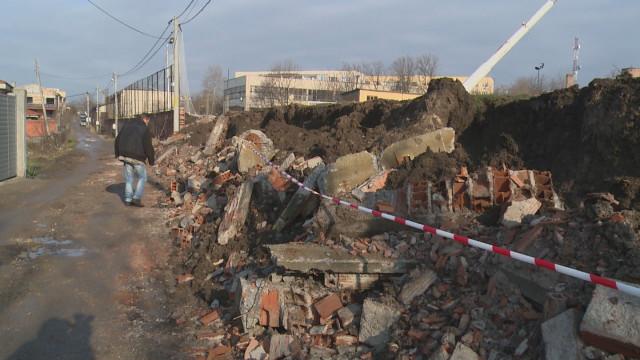 Рухна 3-метрова ограда на гимназия и затрупа улица