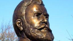 Бюст-паметник на Ботев ознаменува националния ни празник в Двора на кирилицата