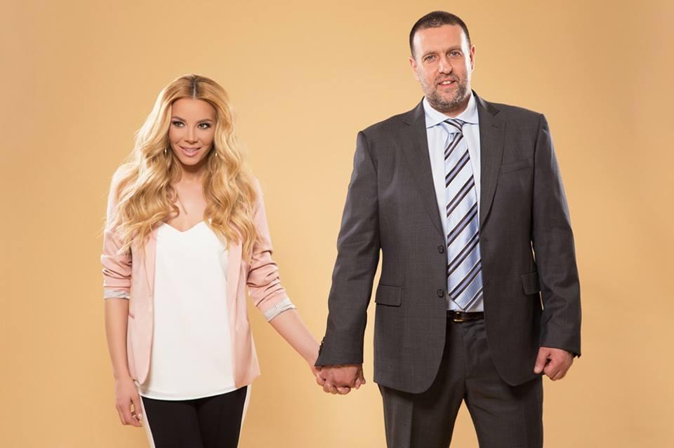 Емилия ръка за ръка с годеника си