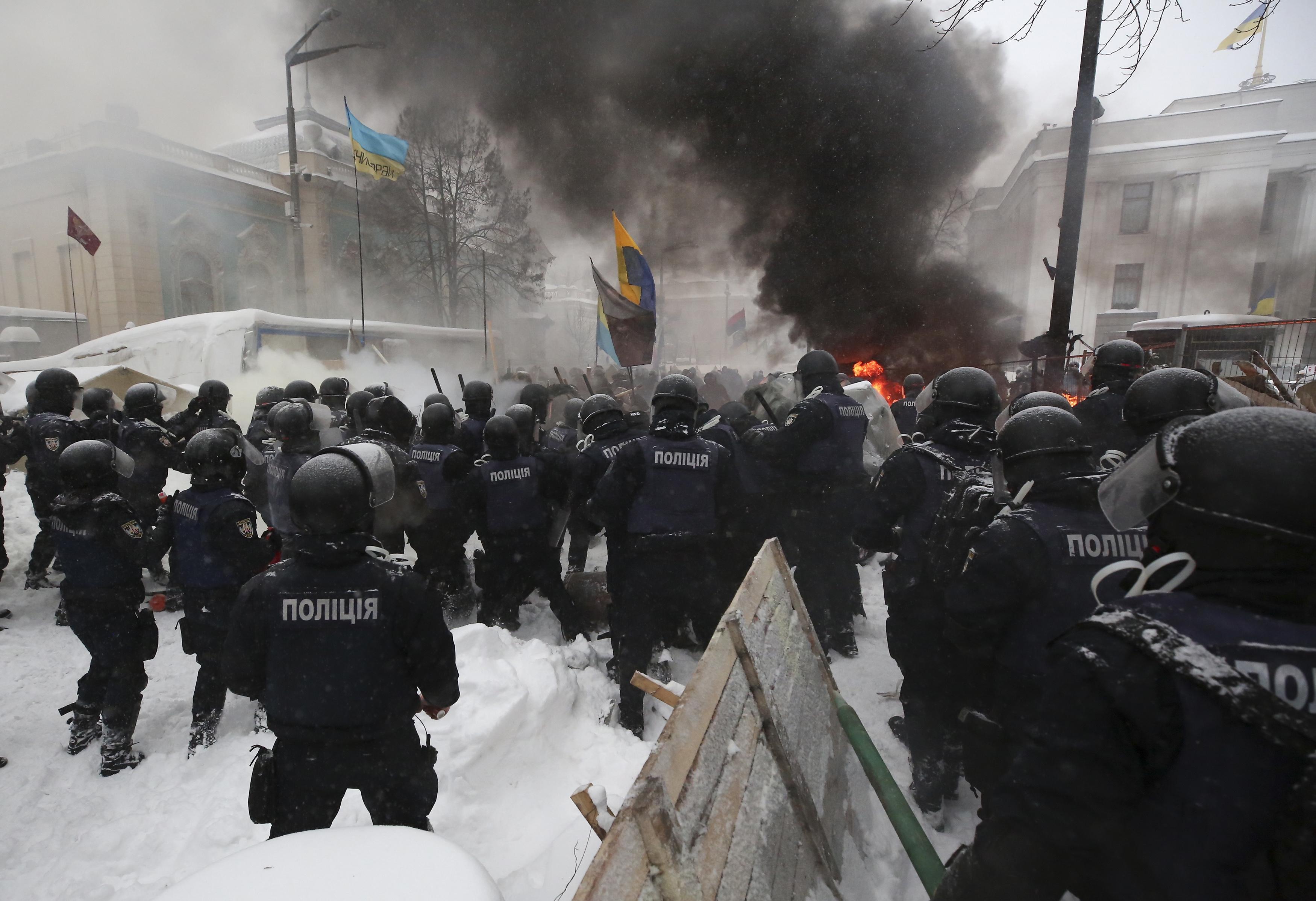 Жестоки сблъсъци между протестиращи и полиция в Киев