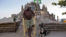 Бразилец 22 години живее в пясъчен замък край морето