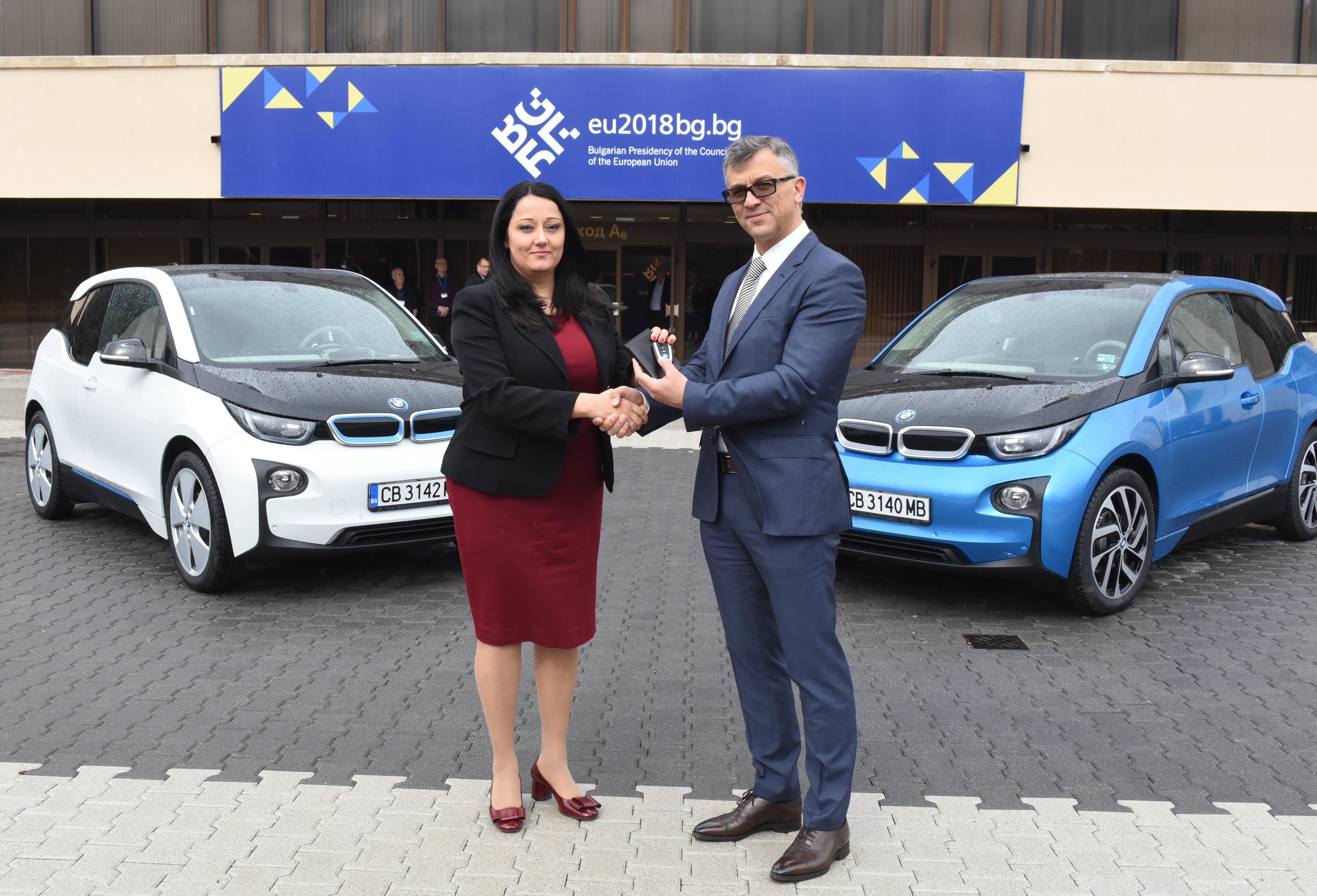 Павлова получи две електрически BMW-та за председателството