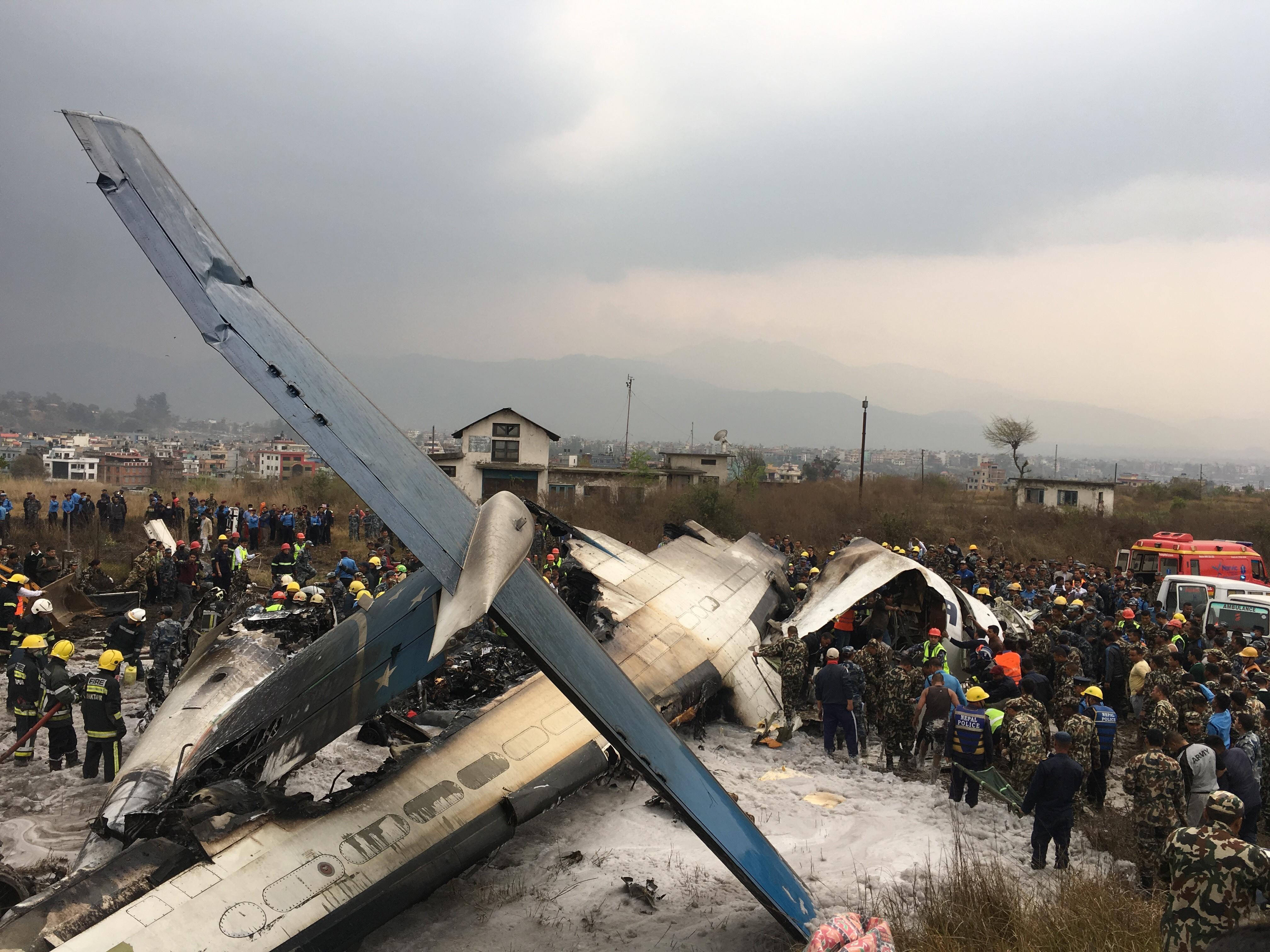 Самолет се разби при кацане в Непал, има загинали и оцелели