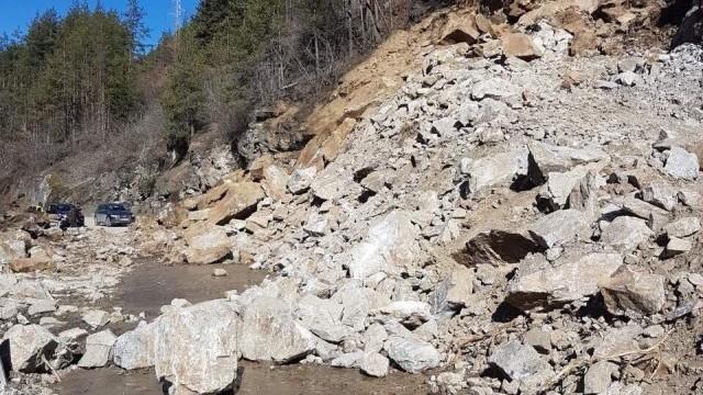 Свлачище блокира достъпа на 11 села до Смолян