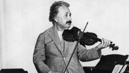 Продадоха цигулката на Алберт Айнщайн за 520 хиляди долара